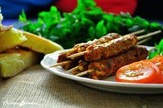 Kefta d'agneau à la marocaine 500 g d'agneau haché 2 cs de cumin 1 cs de piment doux 1/2 cc de cannelle 1 cc de gingembre en poudre 1 pincée de noix de muscade râpée 10 feuilles de menthe 1 poignée de persil 1 poignée de coriandre 1 oignon 2 cs d'huile d'olive 1 cc de sel 1 cc de poivre