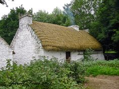A fully restored old Irish thatched roof cottage that is located in Bunratty Castle and Folk Park, depicting century Ireland Irish Cottage, Old Cottage, Cottage Homes, Garden Cottage, Cottage Living, Thatched House, Thatched Roof, Small Cottages, England