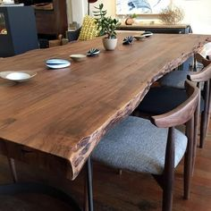 35 Gorgeous Wood Table Design Ideas For Your Dining Room Decor - Whenever you decide to get some new furniture you need to put a lot of thought into it and that includes a dining room table. Quality is always the nu. Mesa Live Edge, Live Edge Table, Farmhouse Table Plans, Farmhouse Ideas, Farmhouse Design, Rustic Farmhouse, Farmhouse Style, Esstisch Design, Dining Table Design
