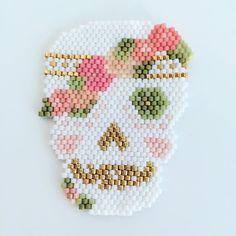 Romantic Skull #jenfiledesperlesetjassume #brickstitch #skull #miyukiaddict #motifpampilulu #romanticskull