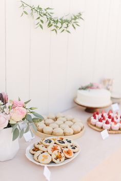 blush floral bridal shower - almost makes perfect Wedding Drink Table, Wedding Appetizer Table, Appetizers Table, Wedding Appetizers, Cake Table, Dessert Table, Flower Bar, Bridal Shower Flowers, Floral Cake