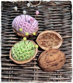Cute idea using walnut shell halves like that. 'CARDS AND THINGS': speldenkussen in een notendop
