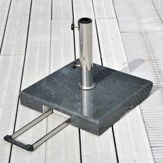Pied de parasol Sienna Jardinico. Pied de parasol en granite gris foncé avec système de levier et roues pour tube de parasol en 35/60 mm. www.saisons-deco.com