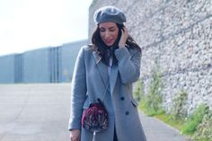 Look con boina. Street grey coat