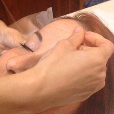 La depilazione con il filo orientale viene effettuata con filo di cotone,rallenta la crescita dei peli,non va ad intaccare in nessun modo la pelle,a differenza della cera non porta via il primo strato dell'epidermide e di conseguenza non puo provare ne macchie,ne follicolite ne ustioni.Estirpa il pelo dalla radice e definisce la sopracciglia in maniera precisa.