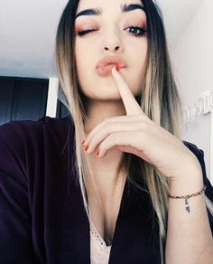 Poche Youtuber Crazy Girls, Girls In Love, Cute Girls, Funny Faces, Photography Poses, Casual Chic, Youtubers, Cool Pictures, Makeup Looks