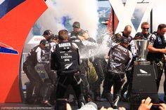 Champagne pour les Kiwis, vainqueurs de la Vuitton Cup ! [Credit : G.Martin Raget] #americascup #LVCup #SanFrancisco #Sailing | www.scanvoile.com