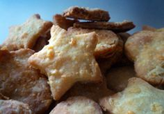 A cheesy biscuit recipe the whole family will enjoy. Cake Recipes, Snack Recipes, Cooking Recipes, Savoury Recipes, Savory Snacks, Easy Snacks, No Cook Meals, Kids Meals, Savoury Biscuits