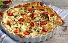 ca 4 port Tid: ca 60 min 1 grillad kyckling 1 kyld smördegsplatta, 250 g 100 g fetaost i tärningar 1/2–1 dl kärnfria kalamataoliver 6–8 körsbärstomater ägg till pensling 4 ägg 2...