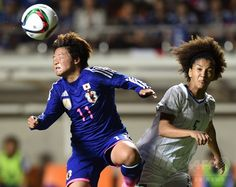 女子サッカー国際親善試合、日本対イタリア。イタリアのサラ・ガマ(右)とボールを競る大野忍(2015年5月28日撮影)。(c)AFP/TOSHIFUMI KITAMURA ▼29May2015AFP なでしこジャパン、イタリア退けW杯連覇にはずみ 国際親善試合 http://www.afpbb.com/articles/-/3050160 #friendly_match_Japan_Italy