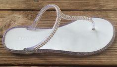RIO-Sandale Braut und Brautjungfer immer bereit funkelnde Silber Gelee Sandalen, flats perfekt zu tragen mit Ihrer Hochzeit Gewand, Strand von ChezBlanc auf Etsy https://www.etsy.com/de/listing/220920745/rio-sandale-braut-und-brautjungfer-immer