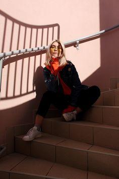 Plus de détails et de photos sur le blog ! (Lien dans ma bio) #oldschool #style #streetstyle #americanstyle #70s #vintage #vintagestyle #fashion #fashionblogger #look #denim #orange #orangesweat #sporty #yellowsunnies #mood #tumblr