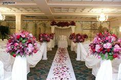 http://www.lemienozze.it/gallerie/foto-fiori-e-allestimenti-matrimonio/img35717.html Addobbi con fiori per il matrimonio rosa e petali sparsi per la cerimonia di nozze