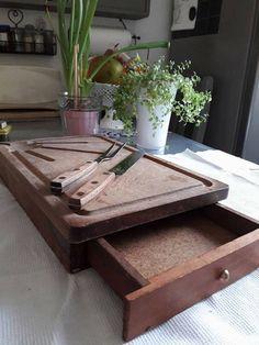 Ancienne planche à découper avec tiroir en bois vintage
