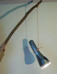 Eine ganz schnelle Laterne: Einfach eine Taschenlampe an einen Stab binden.
