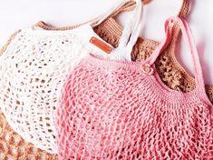 Faire un sac filet au crochet Filet Crochet, Diy Crochet, Crochet Doilies, Crochet Hooks, Diy Knitting Needles, Knitting Needle Storage, Crochet Market Bag, Net Bag, Bag Patterns To Sew