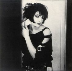 Queen of Another photo of Siouxsie Sioux, showing how you turn a bob into a goth punk hair masterpiece > lots of backcombing. Hipster Grunge, Grunge Goth, Soft Grunge, Punk Goth, Siouxsie Sioux, Siouxsie & The Banshees, Vintage Goth, Vintage Beauty, Steam Punk