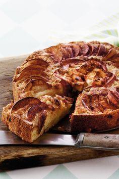 Den bedste æblekage med kanel |  Sensommer og efterår er højsæson for æbler, og vi elsker at bruge dem i søde sager! Få opskriften på en lækker æblekage med kanel. No Bake Desserts, Healthy Desserts, Dessert Recipes, Yummy Treats, Sweet Treats, Vegetarian Recipes, Cooking Recipes, Vegan Cake, Snack