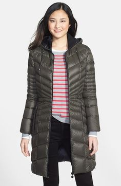 Free shipping and returns on Bernardo Packable Goose Down Hooded Walking Coat at Nordstrom.com. A modern quilted design and inset elasticized waist add flattering definition to a three-quarter-length hooded puffer detailed with a rib-knit inner collar for additional warmth. The cozy, insulating fill provides a technically innovative blend of 90% goose down and 10% feathers that easily compresses for packing.