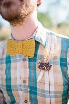 Con espigas de trigo y detalle bordado a mano. Boutonnieres �nicos para el novio y los padrinos de boda. Imagen: Style Me Pretty