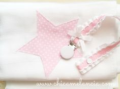 Pack with one cotton swaddler and one pacifier clip, ready to gift! This pack comes with a adorable white cotton swaddler/blacket with an embroidered Pink Star and a paci clip to go with it, perfect for a little baby girl! Fita prende chucha / Chupetero / chicamelancia