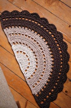 Half Moon Rugs - 10 Stylish Crochet Designs for a Personal Touch Crochet Doily Rug, Crochet Rug Patterns, Crochet Carpet, Crochet Round, Crochet Designs, Crochet Stitches, Scarf Crochet, Circle Rug, Half Circle