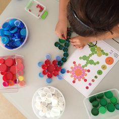 Indoor Activities, Activities For Kids, Recycled Crafts, Diy And Crafts, Clip It, Bottle Cap Art, Dots Design, Reggio Emilia, Early Childhood Education