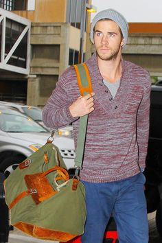 Liam Hemsworth at LAX. casual style Liam: approved.