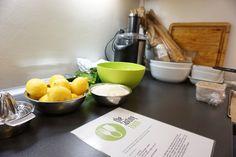 Arbeitsplätze aller Gerichte des Abends mit abgemessenen Zutaten, Küchengeräten und Rezepten vorbereiten