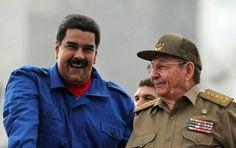Los presidentes de Venezuela y Cuba, Nicolás Maduro y Raúl Castro (der.), respectivamente, en mayo de 2015, en La Habana durante el desfile del 1ro de mayo.