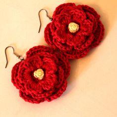 Magnifici orecchini rossi a fiore con roselline bianche realizzati a mano all'uncinetto