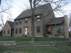 130 Stunning Farmhouse Exterior Design Ideas 93 – Home Design Primitive Homes, Saltbox Houses, Old Houses, Barn Houses, Exterior Colors, Exterior Design, Exterior Paint, Colonial House Exteriors, Exterior Houses