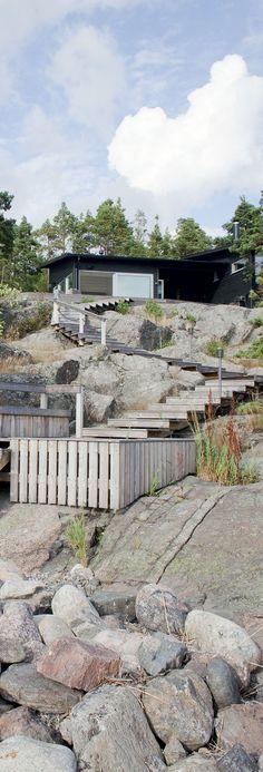Saunamökin puiset rappuset johtavat alapatiolle, josta pääsee uintipaikalle.