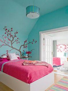 Leuke kleurencombi, blauw met roze. En leuk idee: boom op de muur.