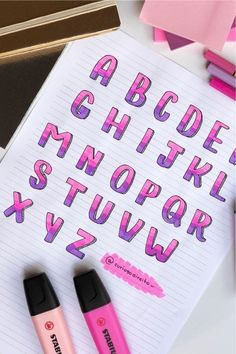 Whether you want to change up your header / title lettering or need a new bullet journal font these awesome alphabet lettering ideas and spreads will give you the inspiration you need! Bullet Journal Lettering Ideas, Bullet Journal Banner, Journal Fonts, Bullet Journal Notes, Bullet Journal Aesthetic, Bullet Journal Writing, Bullet Journal Ideas Pages, Bullet Journal Layout, Bullet Journal Inspiration