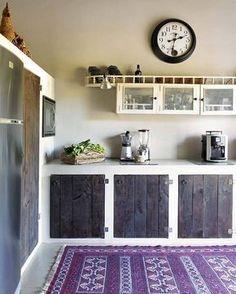 Idea design cucine rustiche - sportelli in legno grezzo #decoracioncocinaspequeñas