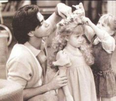 John Stamos and the Olsen Twins, Full House Tio Jesse, Uncle Jesse, Full House Cast, Full House Tv Show, 90s Tv Shows Cartoons, Full House Funny, Full House Quotes, Michelle Tanner, Tv Show Outfits