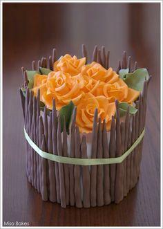 Impresionantes flores de azúcar adornando una deliciosa tarta... / Impressive sugar flowers decorating an exquisite cake