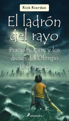 """""""El ladrón del rayo"""" (N 820(73) RIO per / m), del escritor americano Rick Riordan, es el primer título de la serie """"Percy Jackson y los dioses del Olimpo"""", una colección de libros de fantasía para jóvenes  ambientados en la actualidad, pero basados en aventuras de la mitología griega. En esta aventura Percy, un chico de 12 años, descubrirá que es un semidios, ya que es el hijo del dios griego Poseidón y de una mortal, Sally Jackson."""