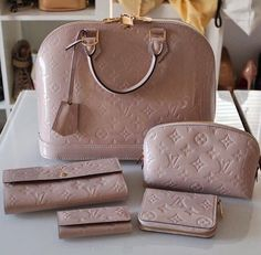 Nude LV bag and wallets, píntєrєst : @ shєstσσfαв ❣