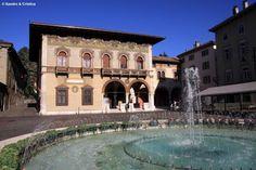 Piazza Rosmini, a Rovereto, con la sua suggestiva fontana centrale. Prima di partire per un viaggio, una ricca colazione presso l'Antico caffè Rosmini è d'obbligo!