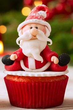 Cute Christmas cupcakes are must-haves on your holiday table! That is a small sweet treatment that will make you feel the holiday spirit and your guests will never forget how creative you are! #glaminati #christmascake #christmascupcake #cupcakedecor #christmascupcakedecoration #xmascupcake