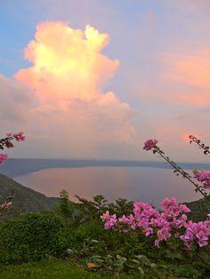 Nicaragua-Mirador Catarina vista al fondo la Laguna de Apoyo.