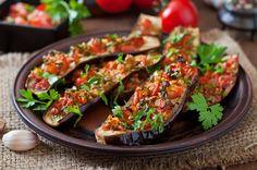 Low Carb Mittagessen aus Aubergine belegt mit Gemüse