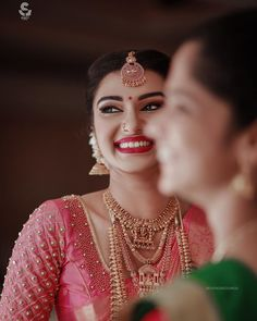 Tips To Look Breathtakingly Beautiful in Bridal Jewellery 2020 Kerala Saree Blouse Designs, Wedding Saree Blouse Designs, Saree Blouse Neck Designs, Fancy Blouse Designs, Saree Blouse Patterns, Designer Blouse Patterns, Saree Wedding, Wedding Dresses, Vintage Louis Vuitton