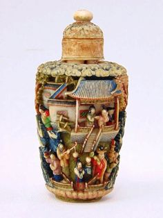 SNUFF BOTTLE In Oriental ivory 19/20th Century, meticulously carved in polychrome depicting everyday scenes. Small faults and defects. Height: 10cm. Approx .: 115grs. Dimensions: Height: 10cm. Approx .: 115grs.