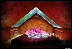 I would LOVE to have a skylight above my bed!! Could just imagine falling asleep looking at the stars!