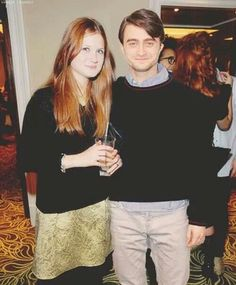 Bonnie Wright and Daniel Radcliffe. Harry Potter Couples, Harry Potter Actors, Harry Potter Images, Harry James Potter, Harry Potter Fandom, Harry Potter World, Ginny Weasly, Harry Potter Ginny Weasley, Daniel Radcliffe Harry Potter