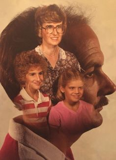 View the Funniest & Most Awkward Family Portraits at Awkward Family Photos. Awkward Family Photos Christmas, Weird Family Photos, Funny Family Christmas Cards, Bad Photos, Christmas Humor, Funny Photos, Family Pictures, Funny Family Portraits, Family Posing