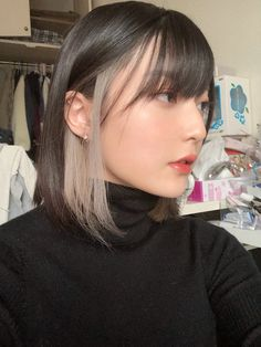 Two-tone hair is officially the next big hair trend for hair for . hair 2020 Two-tone hair is officially the next big hair trend for hair for . Two Color Hair, Hair Color Streaks, Peekaboo Hair Colors, Korean Hair Color, Blonde Streaks, Blonde Peekaboo Highlights, Color Block Hair, Kpop Hair Color, Hidden Hair Color